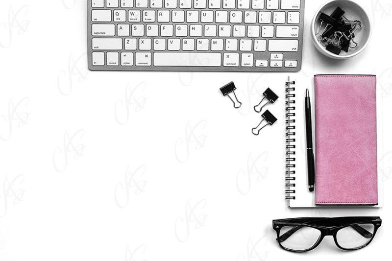 mockup-flatlay-biurowy-rozowo-czarny-notes-klawiatura-dlugopis-124