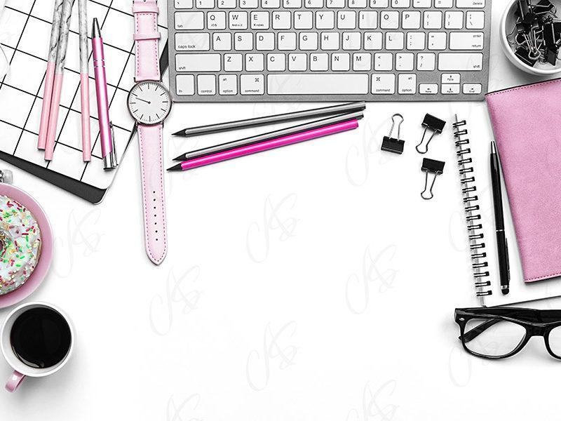 mockup-flatlay-biurowy-rozowo-czarny-notes-klawiatura-dlugopis-125