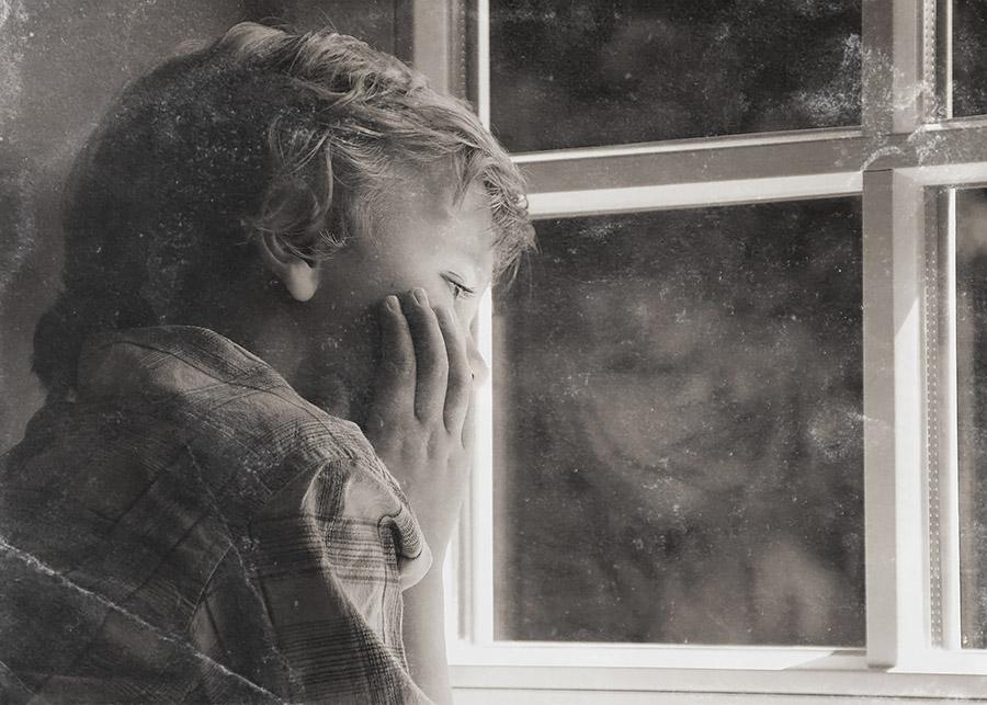 portret-chłopca-przy-oknie-stare-zdjecie-uzycie-tekstury-black-screen