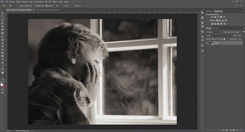 portret-chlopca-przy-oknie-zdjecie-czarno-biale