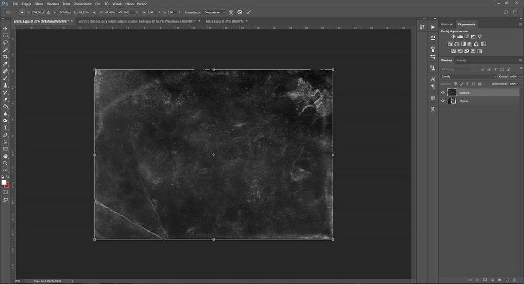 portret-chlopca-przy-oknie-zdjecie-czarno-biale-tekstura-black-screen