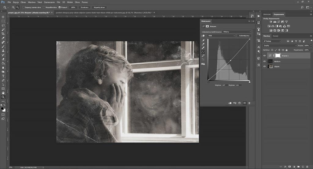 portret-chlopca-przy-oknie-zdjecie-czarno-biale-tryb-ekran-efekt-po-nalozeniu-krzywe